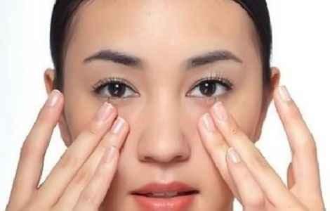 Как снять отеки под глазами